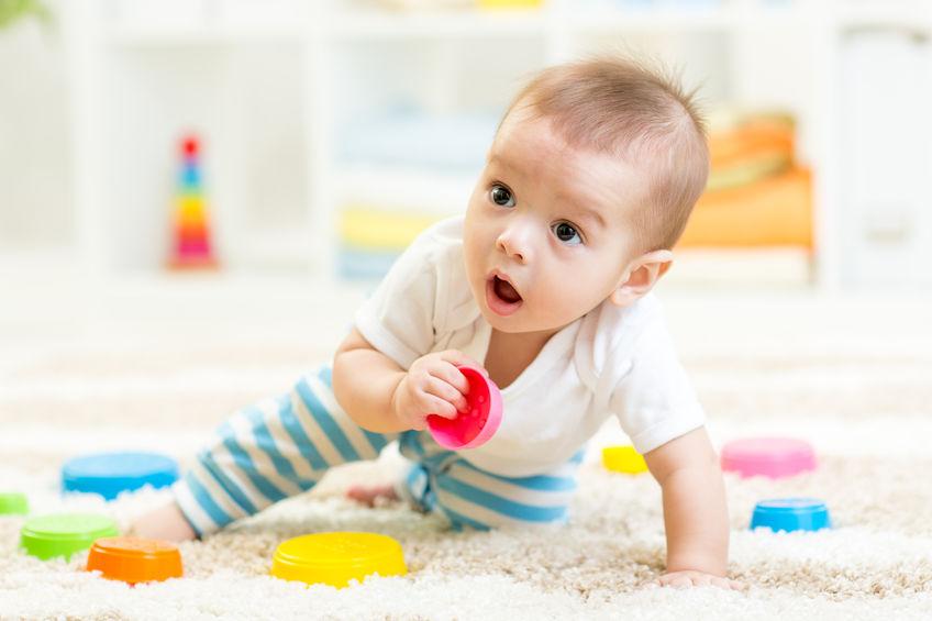 małe dziecko na dywanie